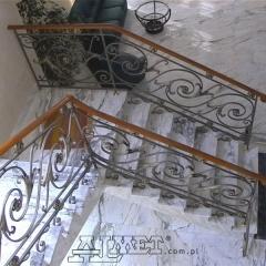 balustrada-wewnetrzna-kuta-z-drewniana-porecza-b122a1
